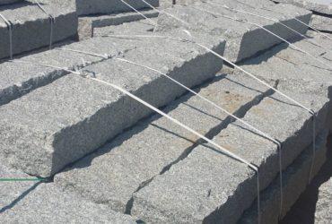 Palisady i słupy granitowe