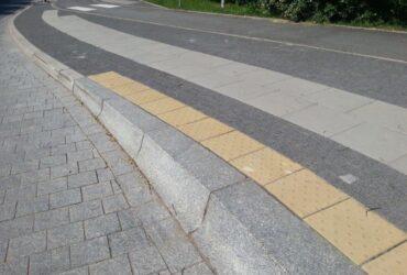 Krawężnik granitowy na przystanku autobusowym